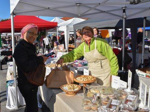 KORTREIST: Anne Undeberg i Heimebakeriet på Gvarv var blant dem som sørget for kortreist mat til folket på høstmarkedet på Torvet lørdag.