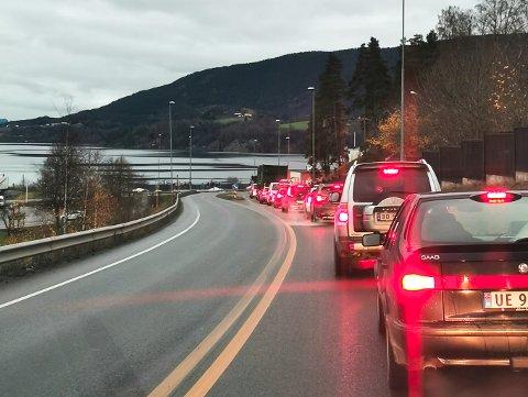 MIDT I RUSHTIDEN: Lange køer er ikke dagligdags på Notodden, men fredag morgen i den mest hektiske tiden sto bilister i 15-20 minutter på grunn av veiarbeid.