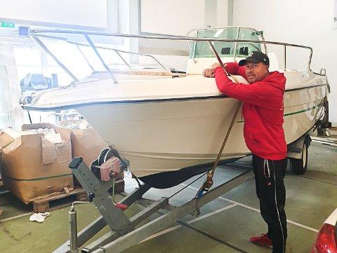 TILBAKE PÅ NOTODDEN: Hans Erik Børjesson fant igjen sin stjålne båt i Fredrikstad. Nå står den innelåst i Notodden i påvente av nye fine turer på Heddalsvannet.