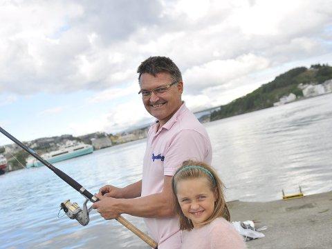 Erik Grødahl, født i Kristiansund, vokst opp i Sverige, er tilbake i hjembyen på ferie. Her prøver han fiskelykken sammen med datteren Elizabeth.
