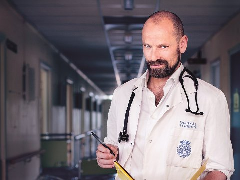 DOBBELTROLLE: – Jeg er avhengig av å gjøre en god jobb som lege skal jeg være komiker samtidig, sier Jonas Kinge Bergland, som opplever stor suksess med sin legehumor.
