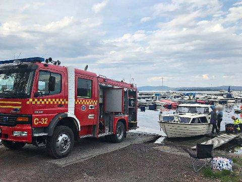 BÅTUHELL: Brannvesenet hjalp til med å lense denne båten som ble full av vann etter en lekkasje.