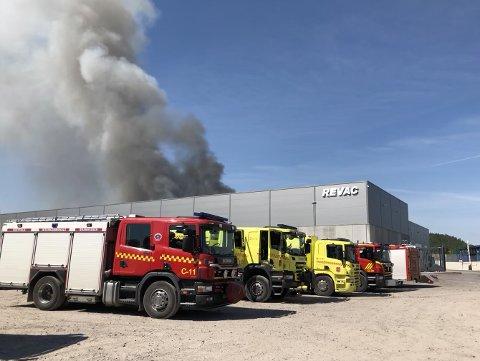 ETTERFORSKER: Foreløpig er det Sør-Øst politidistrikt som etterforsker storbrannen på Revac i Re. Om det viser seg at brannen har miljøforgiftet omgivelsene kan Økokrim bli koblet inn i saken. Økokrim har ansvaret for å etterforske miljøkriminalitet.