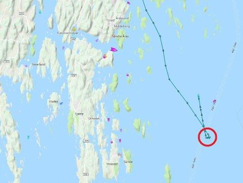 Øst for Store Færder, midt i hovedskipsleia, tok fritidsbåten fyr. Den brannskadde båten blir slept av redningsskøyta RS «Eckbo» innover mot Tønsberg.
