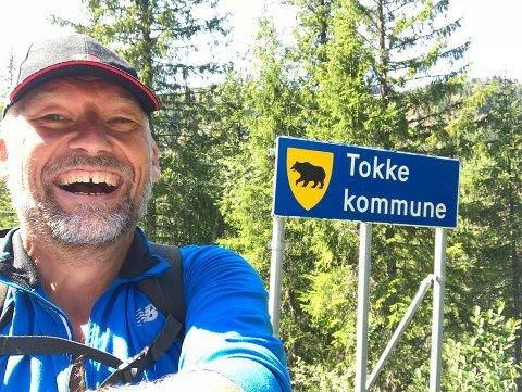 I TELEMARK: Som konsekvens av et tapt veddemål, måtte Ove Mellingen sommeren 2018 gå fra Bergen til Skien. Her ved grensen til Tokke kommune i Vest-Telemark.