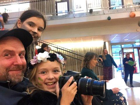 PÅ ØVING: Pappa Christer Torjussen med datteren Edda på fanget. Over dem ser vi Jenny Eide Eggen. Bak (med armen over rekkverket) er instruktør Karoline Bekkedal Andersen.
