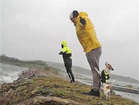 FORBLÅST: Jan Øivind Hansen (nærmest), Sondre Rygh og terrieren WInston, kjenner på vinden på Østre Bolærne.