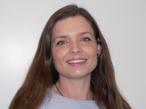 NØYE: – Vi vasker hendene ofte og vi som er helsepersonell er oppfordret til kun bevege oss mellom jobb og hjem, sier apoteker Susanne Skinstad.