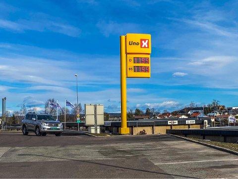 REKORDLAV: Slik så prisene ut hos Uno X på Kleivbrottet i 13-tiden fredag. Rett etter at dette bildet ble tatt ble prisen senket ytterligere. Men en snau time senere var prisen skrudd opp til 14,94 på diesel og 15,13 på bensin igjen.
