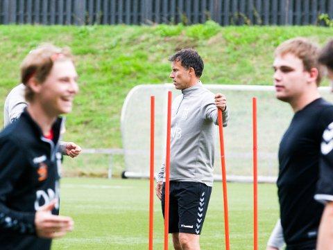 PÅ GRESSBANEN: Trener Ronny Johnsen og FK Eik Tønsberg holder nå til på Tønsberg Gressbane og ikke på Eiks treningsfelt.