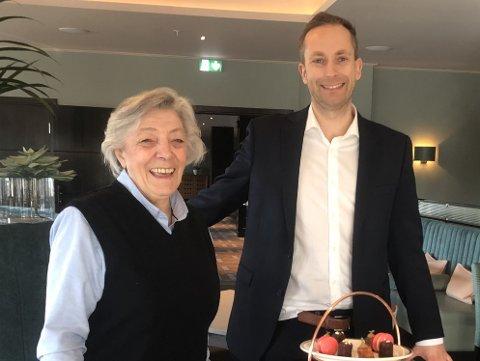 ALLTID BLID: Eva Stokness er like blid selv om det er hennes siste arbeidsdag. Her står hun sammen med hotelldirektør Torgeir Flåteteigen Birkeland.