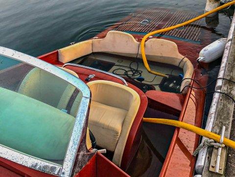 BERGER: Brannvesenet klarte å berge denne smekre trebåten som var i ferd med å synke ved kai på Føynland.