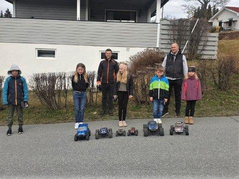 MOTORINTERESSERTE: Markus (t.v.), Amalie, Marius, Julie, Lukas, Joakim og Helle kjører ofte radiostyrte biler og droner i gata der de bor, like ved Raufoss skistadion. De ønsker seg et trygt sted å drive i nærheten, men det viste seg å være vanskeligere å få til enn de hadde håpet.