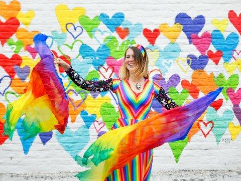 GLAD: - Jeg blir glad av farger, og hvis jeg kan spre litt fargeglede til andre, synes jeg det er artig, sier Hanne Breivik (28).