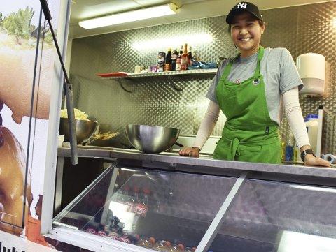 Har startet egen restaurant på hjul: Iis Schüts sa opp jobben sin for å begynne for seg selv med eget kjøkken. Torsdag var første dagen, og det kom veldig mange gjester til den nyåpnede restauranten på hjul. Foto: Anne Dehli