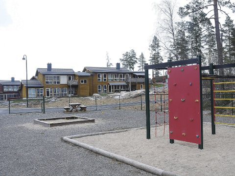 Lekeplass: Her like ved lekeplassen, og nær eksisterende bebyggelse, kommer de nye leilighetene som skal byggges på Hovet. Dette boligområdet ligger nær Myra sentrum, og vis a vis Vegårshei forsamlingshus. Arkivfoto