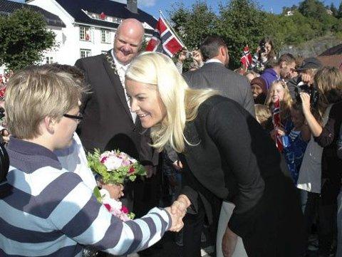 Til Tvedestrand: Torsdag 8. juni kommer Kronprinsesse Mette-Marit til Dypvåg kirke. Dette bildet er tatt under kronprinsparets besøk i Tvedestrand og Vegårshei i 2010. arkivfoto
