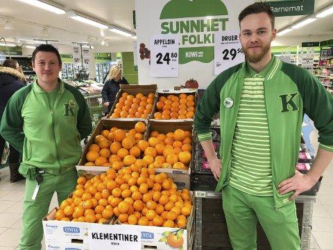 Samarbeider bra: Butikksjef Joacim Bartolomei (til venstre) følger opp kollega og trainee Alex Van Kaam. Foto: Anne Dehli