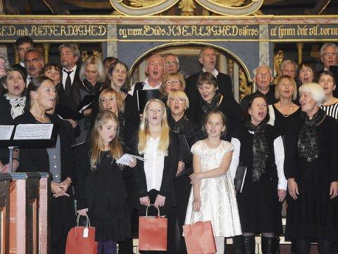 Deltar på konserten: Sandøykoret kommer til å synge flere sanger både alene og sammen med Norsk Munnspillforum. Steinar Lund ønsker alle velkommen til konserten søndag.