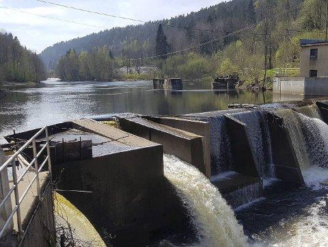 Startet i 2008: Det nåværende kraftverket på Fosstveit ble satt i drift i 2008. Etter å ha skapt problemer i flere år for ål og laksesmolt, krevde NVE at eierne måtte søke konsesjon. Det fikk de i 2019, men det klaget Miljøvernforbundet på. Arkivfoto