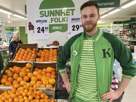 Kan få Dugnadshjelp: Butikksjef på Kiwi Vegårshei, Alex van Kaam, har fått tilbud fra frivillige som vil kjøre varer ut til kunder som har vanskelig for å handle selv nå. Arkivfoto