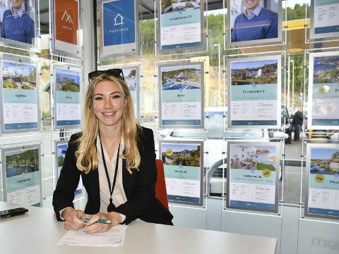 Hektiske dager: Eiendomsmegler Maia Hågensen Jensen har heltiske dager både på kontoret og i felten. Foto: Anne Dehli