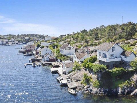 Satte ned prisen: Dette sjønære huset i Store Svalsund med egen brygge har nå en prisantydning på 8,5 millioner. Prisen er satt ned 1,5 millioner fra tidligere i sommer. Foto: Sørmegleren