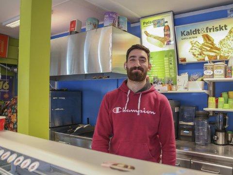 Kebabsjappe: Nå blir kiosken på Torvet nattåpen i helgene. Den nye driveren, Bilal Mohammed, vil servere rykende fersk kebab fram til kokka 03 på natta. I helgen var det mange sultne gjester innom, forteller han. Foto: Marianne Stene