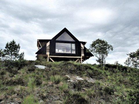Eksempel: Denne dagsturhytta er bygd i Hyllestad kommune i Vestland fylke. Det er imidlertid satt i gang en egen arkitektkonkurranse for hyttene som skal bygges i Agder.
