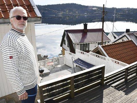 Glad i huset sitt: Erik Kvande har veldig sansen for det lille Sørlandshuset sitt. Men nå har han besluttet at det er noen andre som skal få ha glede av det fremover. Men han forhaster seg ikke med salget. Foto: Anne Kristine Dehli