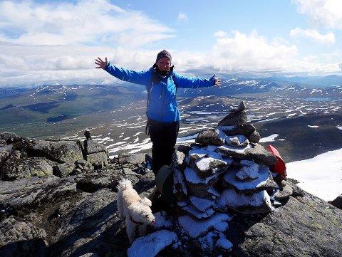 Høgste toppen i kommunen, Øystre Rasletind (2010 moh.) Kirsten Flagstad er veldig glad for å ha nådd toppen.