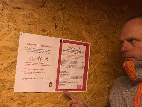Har tatt grep: – Jeg bruker alltid friskluftsmaske, men også hansker, når jeg smører ski. Jeg vil anbefale alle det, sier daglig leder ved Beitostølen skistadion, Kjell Berge Melbybråten til avisa Valdres. Her er han inne i en av smørebodene og peker på plakaten med reglene.