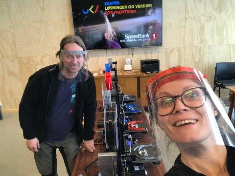 PRINTING: Gudbrand Sivet Heiene og Heidi Bragerhaug i Skaperkraft Valdres produserer nå visirer til helsevesenet.