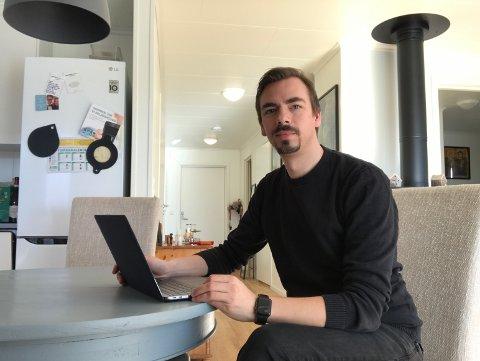 Digitalprest: Utflytta valdris Geir Wiknes er sokneprest i Elverum. Her foran PC-en på heimekontoret. Han brenner for at kirka fortsatt skal være tilgjengelig for folk også i disse koronatider.
