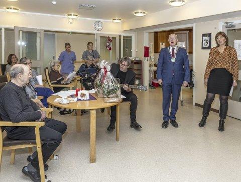 Julesang: Ordfører Ståle Refstie og rådmann Randi Dyrnes sang og kultursjef Ole Magne Ansnes spilte gitar på helsetunet.