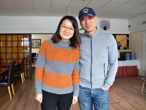 Takknemlige: - Det har vært viktig for å oss å kunne drive en restaurant, og vi er takknemlige for alle i Sunndal som har besøkt restauranten vår den siste tida, sier Liva Chen og Xiang Sun.