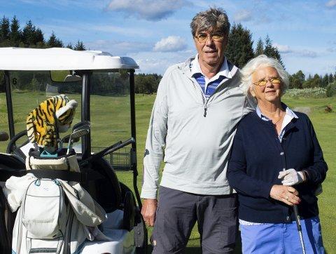 Kjempehobby: – Har du prøvd golf? Då forstår du det, seier Solfrid Larsen. Her med ektemann Bjørn Tore Larsen ved hol 2 på Meland.