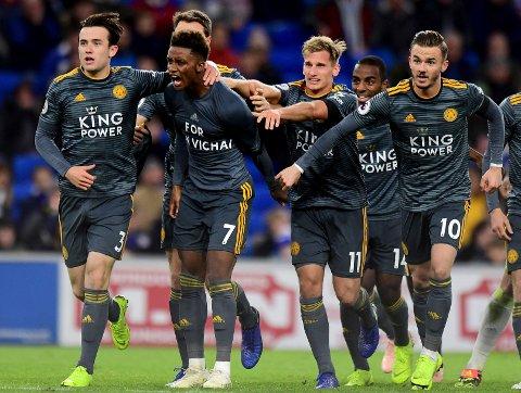 Leicester City og Demarai Gray (nummer to fra venstre)feirer etter å ha scoret mot Cardiff. (Simon Galloway/PA via AP)