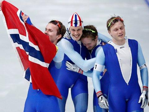 Sindre Henriksen (i midten med lue) har alltid elsket skøyter. Med nok motivasjon er det faktisk mulig å gå fra sisteplass i kretsmesterskapet til førsteplass i olympiske leker.