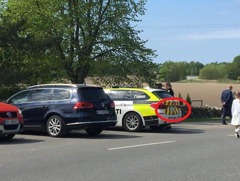Politibilen som ble ramponert sto parkert ved Rygge kirke. Foto: Trine Urstad