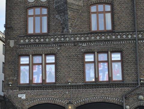 Det gjenstår å se om kommunen aksepterer vindusreklame i andreetasjen. Nå vil kommunens saksbehandlere ta fatt på saken, og så blir det en diskusjon hvorvidt reklame sendt innenifra kan sidestilles med lysreklame fra utsiden. (Foto: TOM R. HJERTHOLM)