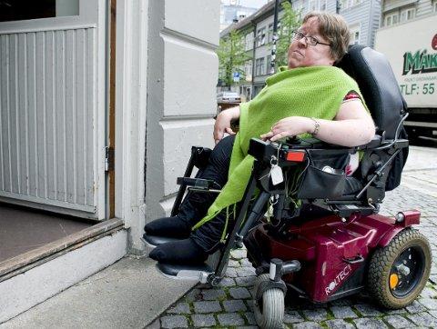 STOPP: Dørterskelen sperrer Siri Fransson ute. Nå ber hun om at utestedene i byen gjør mer for å slippe til folk med funksjonsnedsetting. ARKIVFOTO: MAGNE TURØY