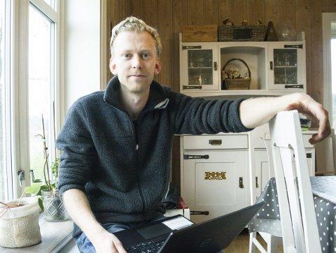 KRITISK TIL UKRITISK BRUK: Erik Helgerud vil ikke at datteren skal ha med iPad-en hjem fra skolen. Samtidig understreker han at de gjerne bruker pc-en til lekser, såframt det er hensiktsmessig.