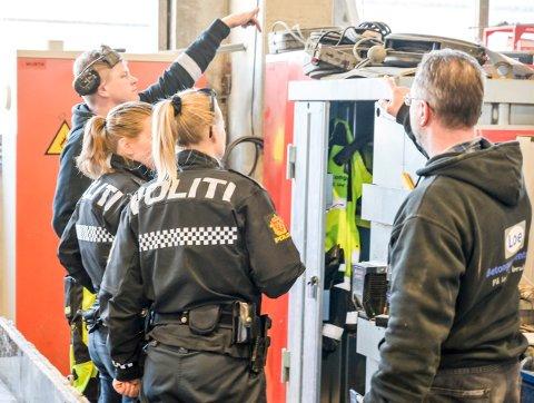 Avdelingsleder Kjetil Olsen (t.v.) ved Loe Betongelementer forklarer politiet hvor verktøyet som ble stjålet lå.
