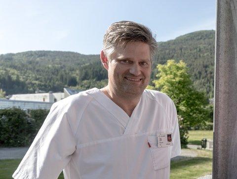 TOPPLØN: Tom Guldhav er direktør for kirurgisk klinikk. Han er ein av leiarane i Helse Førde som har betre løn enn Erna Solberg. Den andre er Olav Hesjedal.