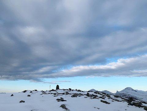 SNØ PÅ TOPPANE: Det kan kome snø i innlandet i helga, elles vil all nedbør over 200-400 meter komme som snø. Slik som her, på Skredfjellet 1155 m.o.h. i Stryn.