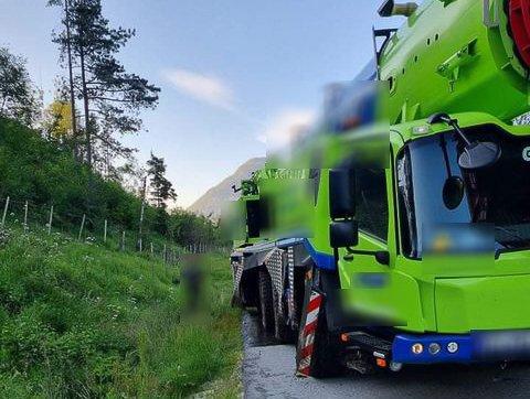 ULYKKE: Denne kranbilen hamna i grøfta på E39 ikkje eit stykke lenger aust for Eikås ungdomshus i Jølster.