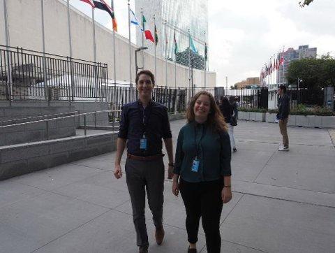 Margrete Bjørge Katanasho og Jarle Aarbakke Tollaksen foran FNs hovedkontor på Manhattan