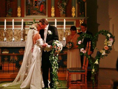 VALGTE KIRKEN: Marita Wennevold Hollen og Øivind Kylstad var blant de 134 som valgte kirkebryllup i Fredrikstad da de giftet seg i  2016. Året etter valgte enda flere kirkebryllup.