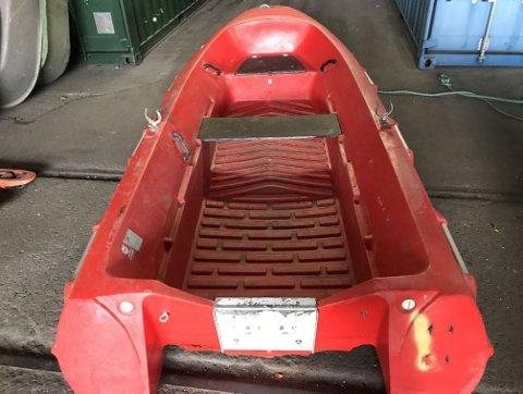 Det er en slik båt nødetatene nå søker etter. En person er også savnet. Bildet fraviker noe fra den savnede båten.